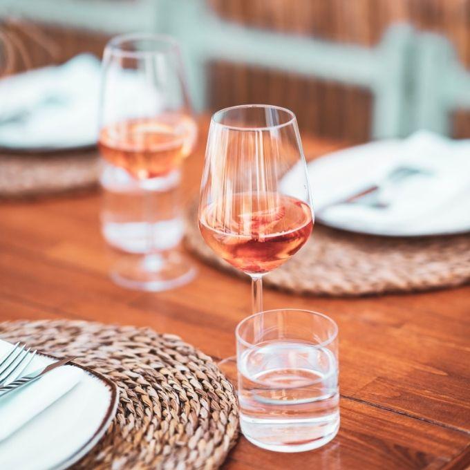 Bekijk roséwijn door een roze bril